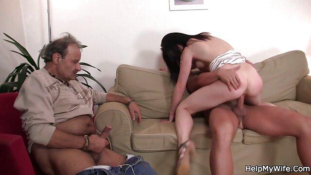 Seorang gadis bokep movie jav masturbasi penis kekasih di mulutnya selama blowjob di mobil.