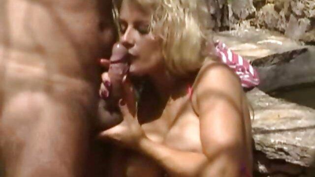 Hot bokep semi jav Mom memimpin beberapa remaja dalam tiga orang seksi.